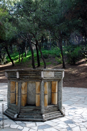 Leinwanddruck Bild a well in a park in athens, greece