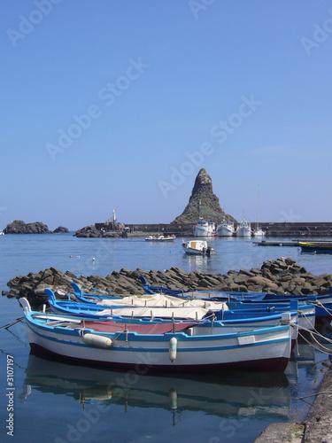 faraglione e barca