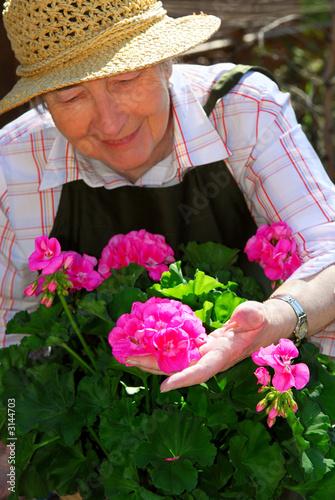senior ogrodnictwo kobieta