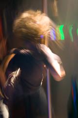 brauner tänzer an der stange