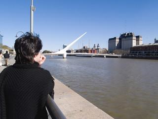 contemplando el rio