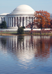 jefferson monument in the autumn
