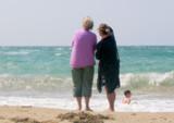 parents au bord de la plage poster