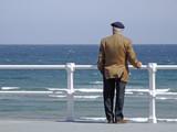 anciano mirando al mar poster