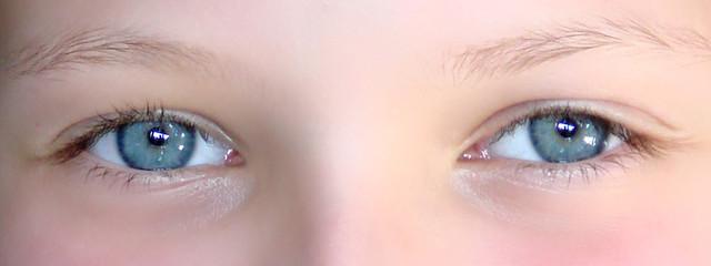 yeux bleus souriants