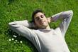 jeune homme sourire détente relaxation l' herbe