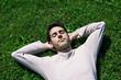 jeune homme sieste dans l'herbe repos relaxation