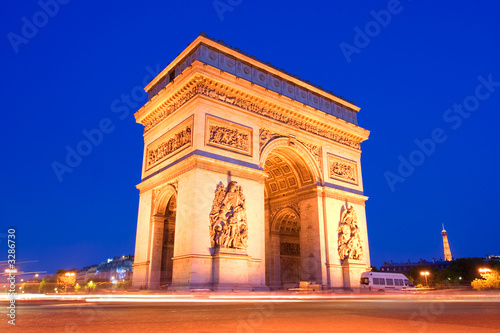 l'arc the triumph in paris at night