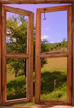 Landschap gezien door een raam