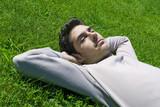jeune homme sieste herbe sérénité relaxation poster