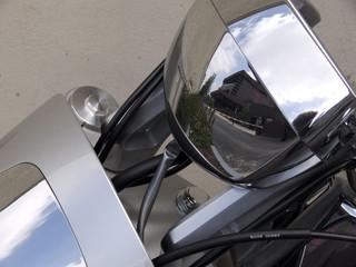 détail de moto en acier: reflets de barrière