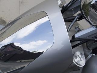 reflets dans la carosserie d'une moto en acier.