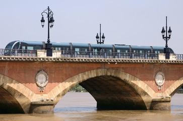 bordeaux pont de pierre tramway