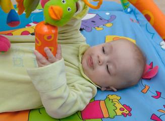 bébé joue sur tapis d eveil