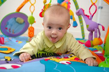 bébé joue sur son tapis d eveil push up