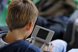 enfant et console de jeux poster