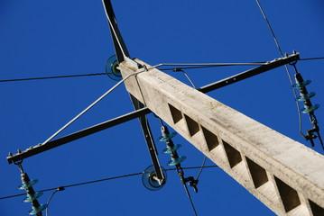 poteau électrique vu du bas