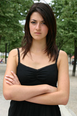 jeune femme brune bras croisés