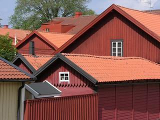 rote holzhäuser mit roten dächern