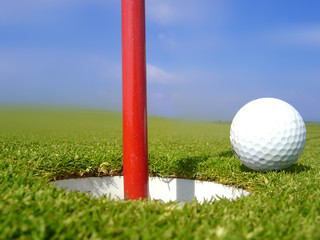 golf balle près du trou