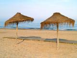 parasoles en la playa poster