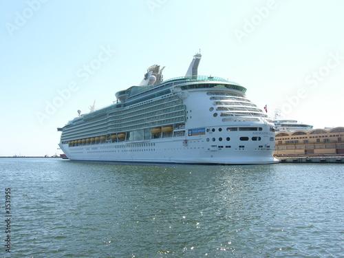 statek-pasazerski-cumujacy-do-portu-w-gdyni