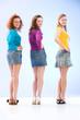 drei Mädchen im Minirock schauen in die Kamera