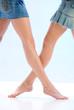 Beine von zwei jungen Frauen mit Jeans-Miniröcken