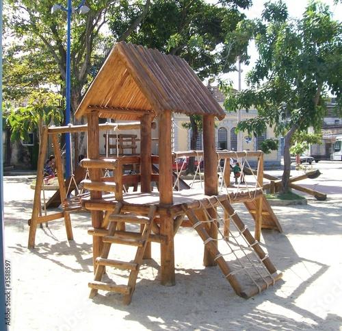 Cabana de Madeira em Parquinho Infantil
