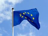 die blaue flagge der europäischen union flattert im wind poster