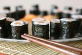 Fototapety Plateau de maki sushi et baguettes