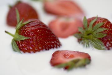 Erdbeeren schwimmen in Milch