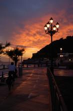 Miraconcha Avenida en San Sebastián al atardecer. España