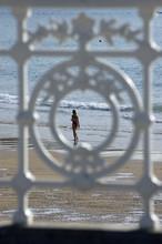 Barandilla de San Sebastián con la Playa de la Concha en el fondo. San