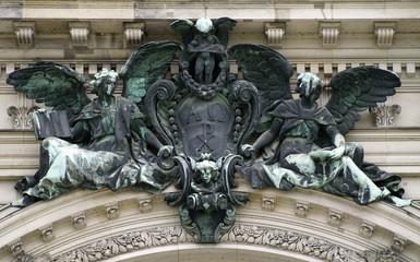 kirchen statuen aus metal und stein