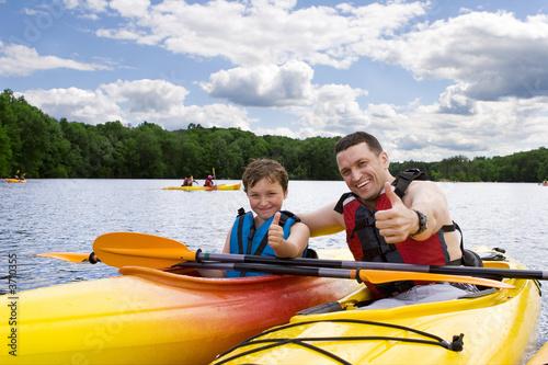 Ojciec i syn cieszy się kayaking