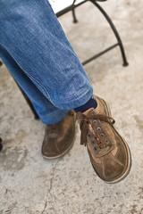 pieds chaussures et jambes croisées personne assise