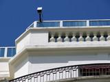 Caméra de video surveillance au dessus du balcon poster