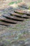 Wasser fliesst in ein Gulli