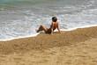 femme assise en bord de mer