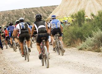 Ciclistas en la meta final de una competición extrema