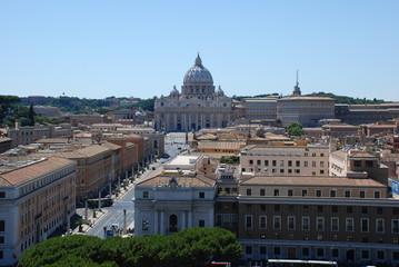 Blick über die Dächer zum Petersdom in Rom