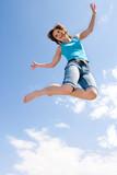 Fototapety junges, schönes Mädchen springt unter dem Himmel