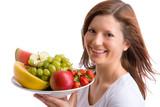 Fototapety junges, schönes Mädchen hält einen Teller voller Früchte