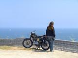 Motorista mirando el mar poster