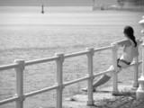 Chica mirando al mar poster