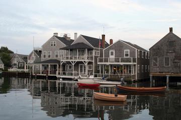 Boote vor einer Häuserfront auf Nantucket