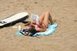 femme entrain de lire sur la plage