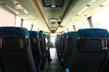 autobus vacio visto desde atrás