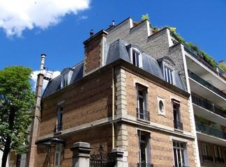 Maison de briques rouges et immeuble moderne, Paris